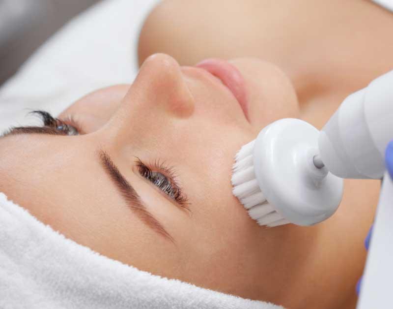čišćenje lica četkom